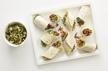 Wrap med grønkålsslaw, Anamma Pulled Vego og Bähncke Karrydressing