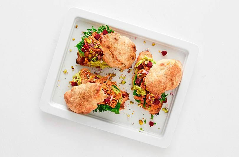 Sandwich med avokado/kikærtespread, pulled vego og friske urter