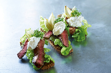 Smørrebrød m/ steak, sennepsløg og peberrod