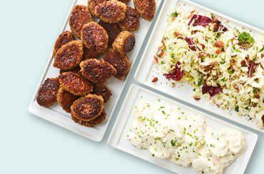 Frikadeller med kartoffelsalat, spidskålssalat og friske krydderurter